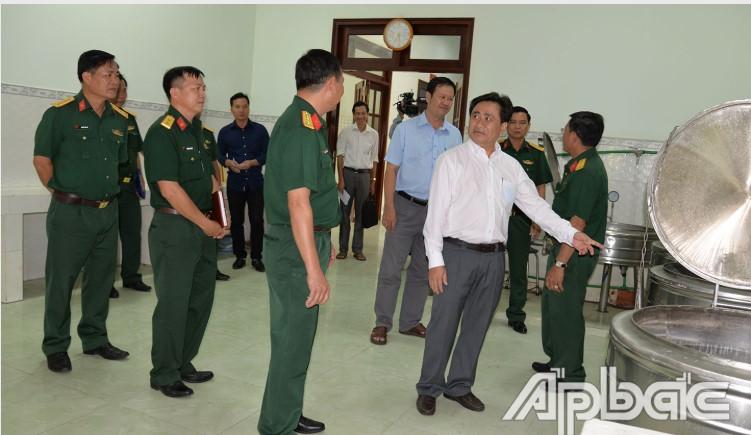 Ông Trần Văn Dũng, Phó Chủ tịch UBND tỉnh Tiền Giang, kiểm tra công tác chuẩn bị khu vực cách ly của Trường Quân sự địa phương tỉnh. (Ảnh qua baoapbac)