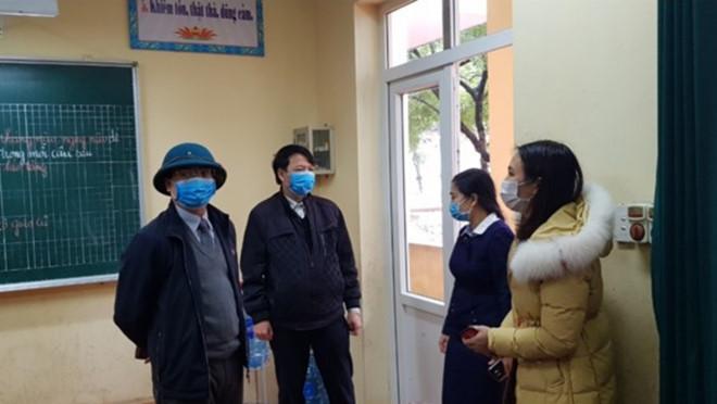 Lãnh đạo Sở GD-ĐT tỉnh Vĩnh Phúc đi kiểm tra tình hình phòng chống dịch viêm đường hô hấp cấp do virus Corona tại Trường tiểu học Liên Bảo sáng 7/2. (Ảnh qua thanhnien)