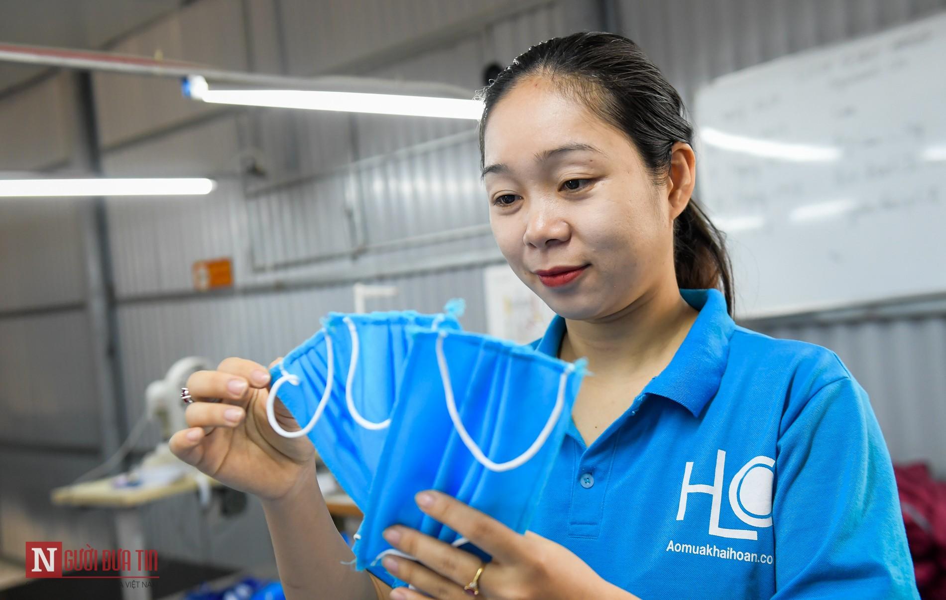 chị Lê Thị Thắm (Đông Anh, Hà Nội) giám đốc của một công ty chuyên sản xuất áo mưa
