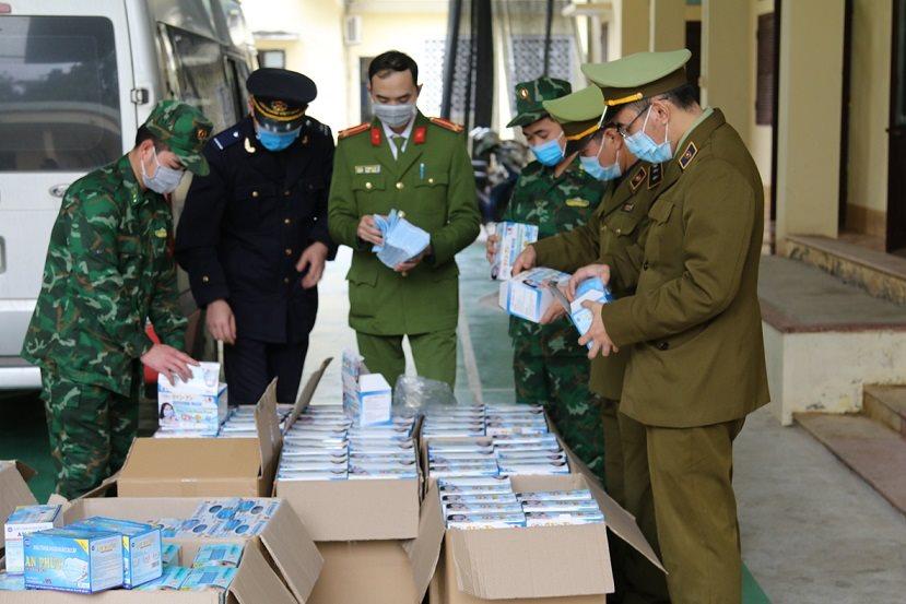 Lực lượng chức năng Lạng Sơn thu giữ số khẩu trang không rõ nguồn gốc xuất xứ. (Ảnh qua baotainguyenmoitruong)