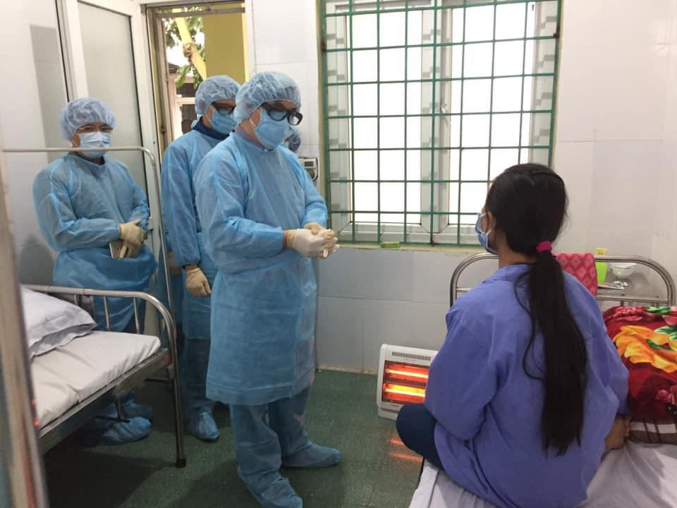Tổ chống dịch lưu động của Bộ Y tế thăm 1 trong 8 bệnh nhân nhiễm virus corona ở Vĩnh Phúc ngày 6/2. (Ảnh qua tuoitre)