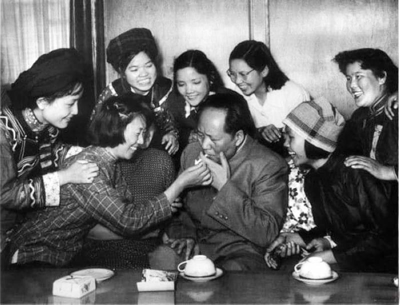Hình ảnh Mao Trạch Đông với không ít phụ nữ vây quanh