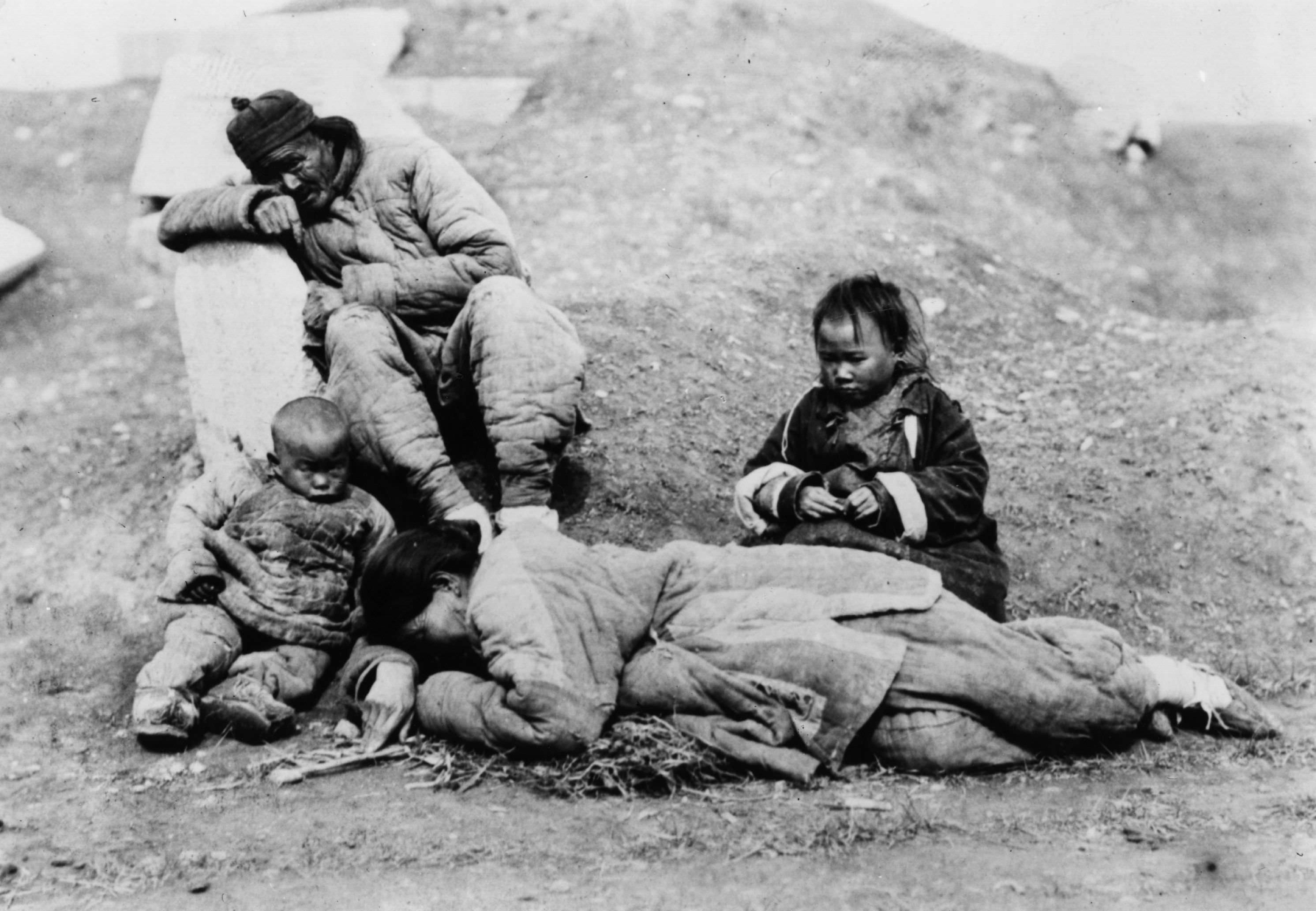 Nạn đói xảy ra vào thời kì đại nhảy vọt đã đẩy người dân Trung Quốc vào khốn cảnh, sự việc như ăn thịt người đã xảy ra. Ảnh một gia đình trong Nạn đói lớn (1958 - 1961)