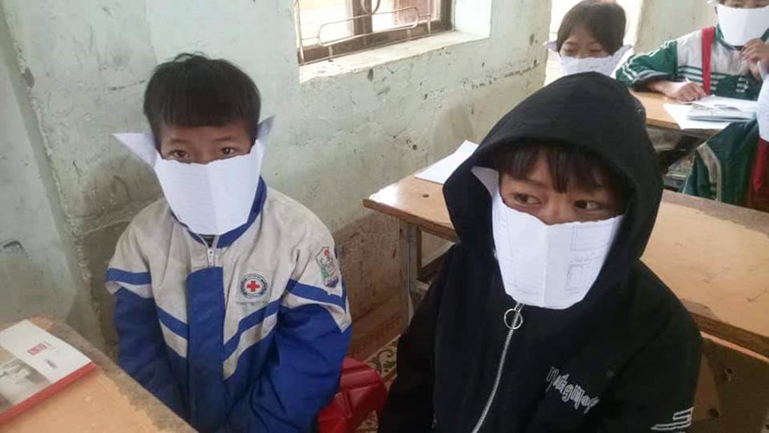 Nghệ An Học sinh đeo khẩu trang làm bằng giấy để phòng virus corona-ảnh 1