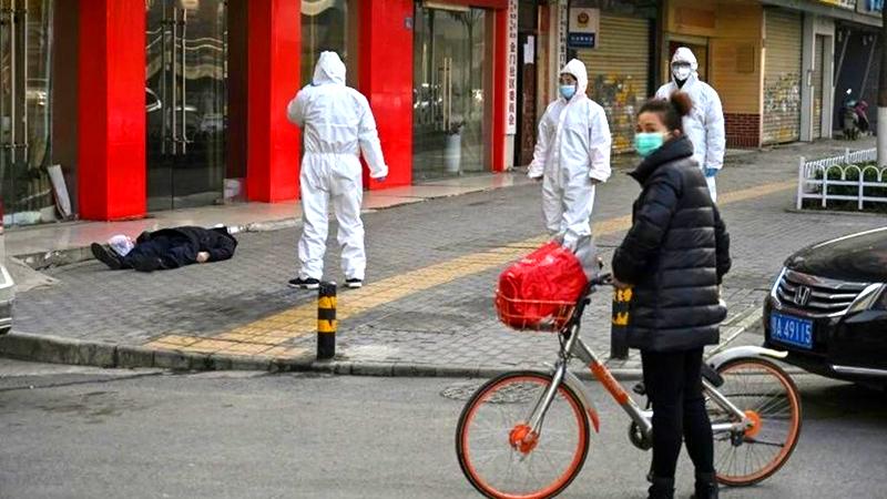 Video: Công an phòng chống dịch tại Tân Cương đột nhiên quỵ ngã xuống đất (ảnh 2)