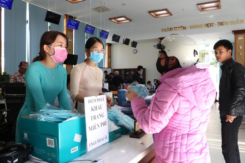 Người dân nhận khẩu trang vải miễn phí tại Trung tâm phục vụ hành chính công tỉnh Thừa Thiên Huế. (Ảnh qua tuoitre)