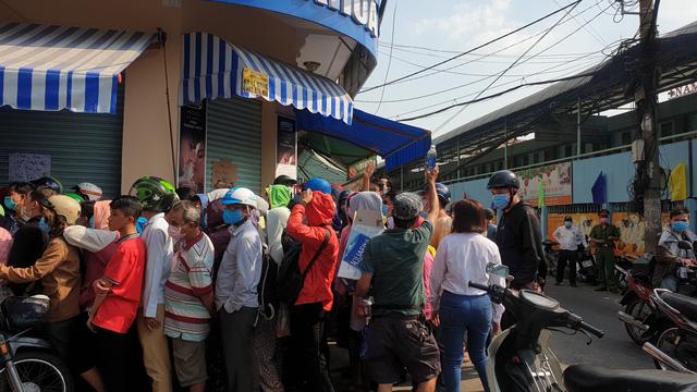Người dân xếp hàng cả giờ đồng hồ để mua khẩu trang y tế. (Ảnh qua tuoitre)
