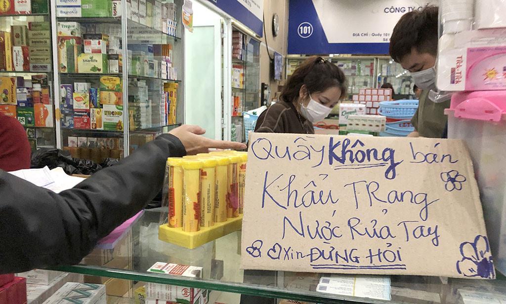 Thông báo 'không bán khẩu trang, đừng hỏi' của một số quầy tại chợ thuốc Hapulico gây bức xúc dư luận. (Ảnh qua thanhnien)
