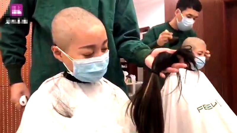 Nhân viên y tế TQ nuốt nước mắt cạo đầu trước khi đến chi viện cho vùng dịch (ảnh 1)