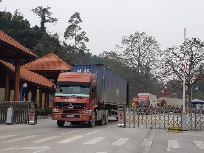 Nông sản bị ùn ứ ở các cửa khẩu tại Lạng Sơn đã bắt đầu được xuất sang Trung Quốc qua cửa khẩu Hữu Nghị từ chiều ngày 5/2. (Ảnh qua nld)