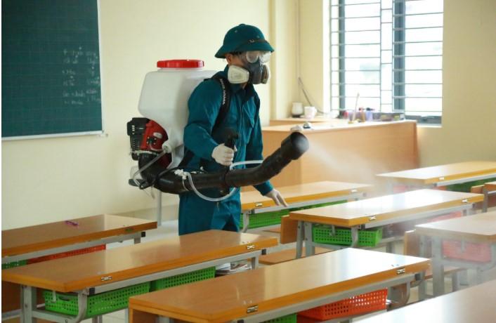 Phun khử trùng phòng chống dịch Corona tại 1 trường học. (Ảnh qua phunuonline)