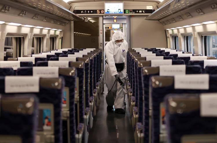 Nhân viên y tế khử trùng tàu cao tốc KTX tại ga Suseo, Seoul, Hàn Quốc ngày 25/2. (Ảnh qua vnexpress)