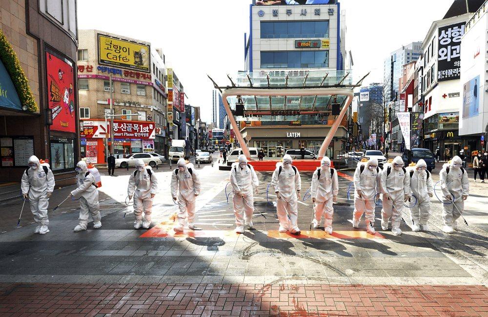 Quân đội Hàn phun thuốc khử trùng tại tâm điểm dịch Daegu hôm 27/2. (Ảnh qua zing)