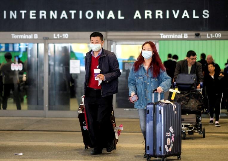 Hành khách tại sân bay quốc tế Los Angeles (Mỹ), vừa bay qua từ Thượng Hải, Trung Quốc. (Ảnh qua tuoitre)