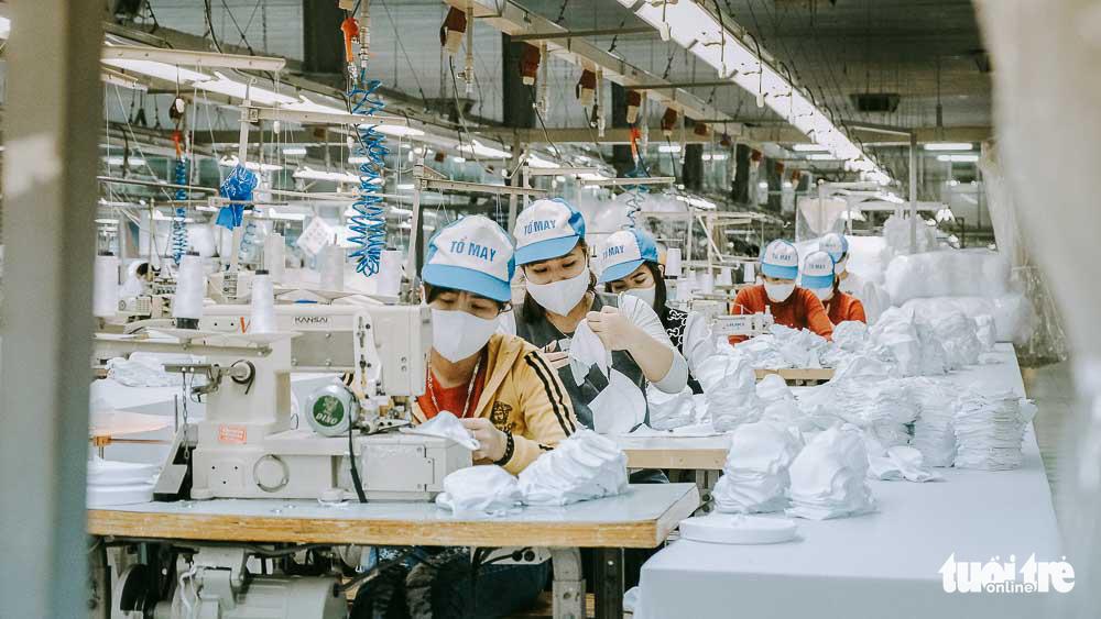 Công nhân tất bật sản xuất khẩu trang tại một nhà máy ở Hưng Yên. (Ảnh qua tuoitre)