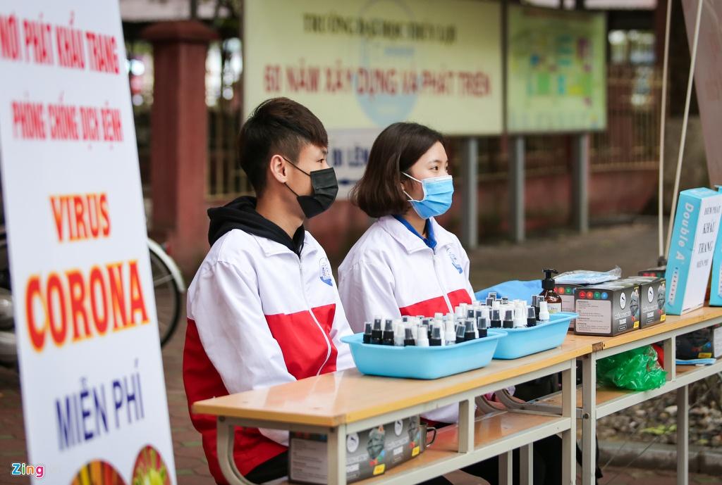 Đại học Thuỷ Lợi phát miễn phí hơn 2.000 chai nước rửa tay kèm khẩu trang y tế cho giảng viên, sinh viên và cư dân lân cận.(Ảnh qua Zing)