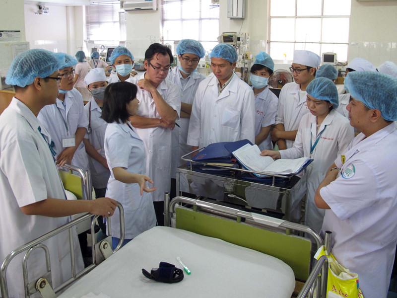 Sinh viên ngành y thực tập tại bệnh viện. (Ảnh qua thanhnien)