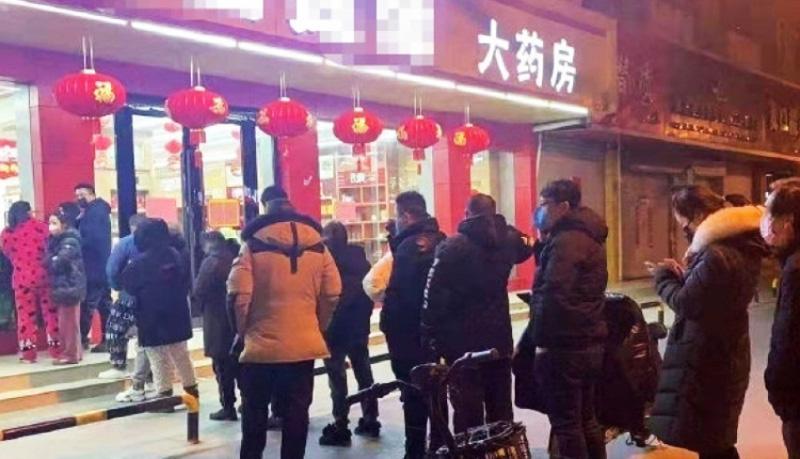 Cảnh người dân xếp hàng dài đợi mua thuốc được trang Sina đăng tải