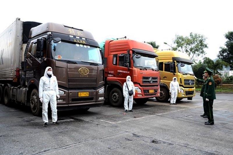 Các lái xe chở hàng nông sản xuất khẩu qua Cửa khẩu đường bộ số 2 Kim Thành (Lào Cai) đi về trong ngày sẽ không bị cách ly 14 ngày như trước đây. (Ảnh qua