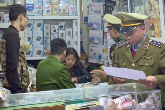 Cửa hàng thiết bị y tế ở quận Ba Đình bị xử phạt do nâng giá bán khẩu trang. (Ảnh qua Zing)