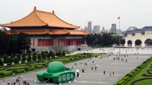 Người Đài Loan làm mô hình bong bóng tái hiện bức ảnh nổi tiếng trong sự kiện Thiên An Môn, tưởng niệm 30 năm sau thảm sát.