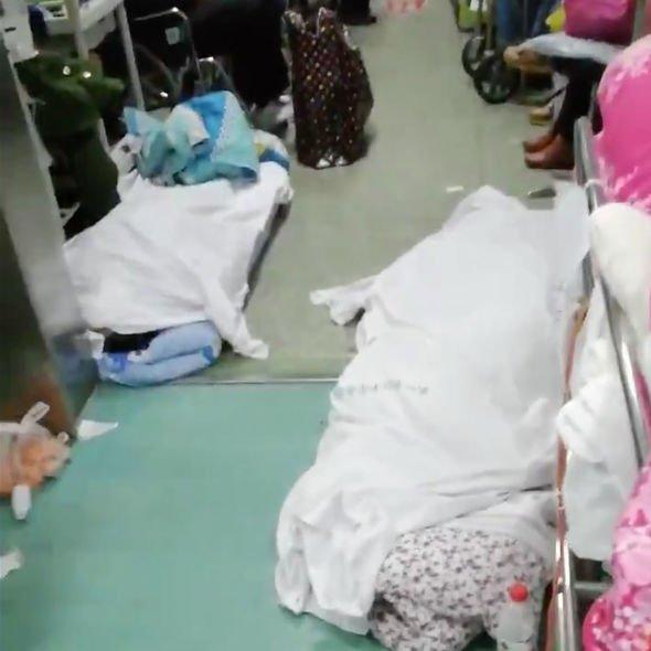 nhiều thi thể người chết cũng không được kịp thời xử lý, buộc phải bọc trong một tấm vải trắng và để la liệt ngoài hành lang.