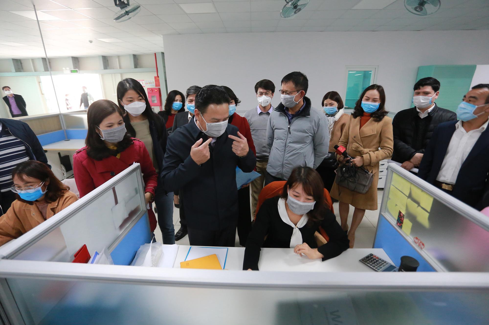 Thứ trưởng Bộ LĐTB&XH đi kiểm tra công tác phòng chống dịch tại một công ty ở tỉnh Hà Nam có sử dụng nhiều lao động người Trung Quốc. (Ảnh qua tuoitre)