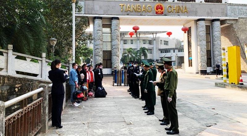 Đồn Biên phòng cửa khẩu quốc tế Thanh Thủy, BĐBP Hà Giang (Việt Nam) và Cục Công an Malypho (Vân Nam, Trung Quốc) làm thủ tục trao trả công dân. (Ảnh qua bienphong)