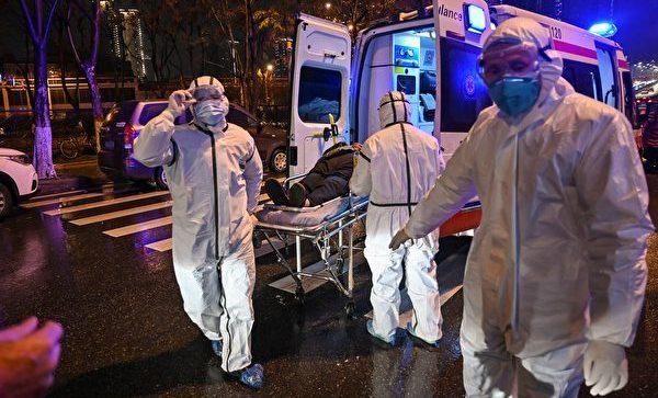 Nhân viên y tế mặc trang phục bảo hộ chăm sóc bệnh nhân tại thành phố Vũ Hán, tỉnh Hồ Bắc, Trung Quốc. Số ca tử vong vì dịch bệnh đã tăng lên 426 người vượt qua dịch SARS 2003.