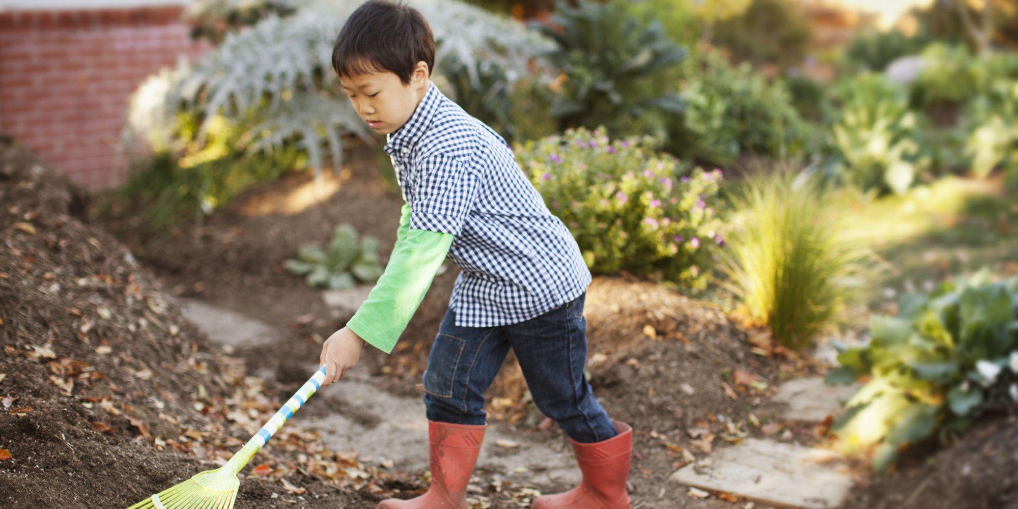 trẻ em thường rất thích phụ giúp cha mẹ làm việc nhà.