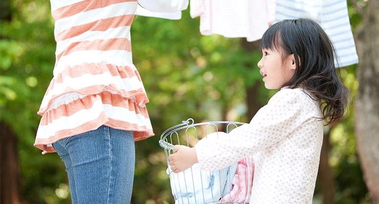 Bản năng của trẻ là muốn được giúp đỡ cha mẹ làm việc nhà