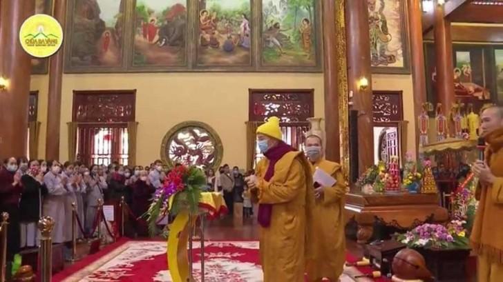 """Trụ trì chùa Ba Vàng đeo khẩu trang thuyết giảng sau khi bày cách """"hóa giải"""" dịch nạn virus corona -ảnh 6"""