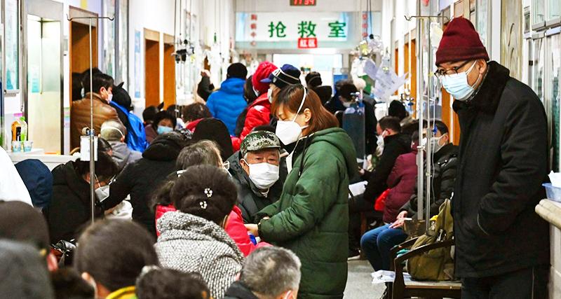 Ngày 25/1/2020, người dân thành phố Vũ Hán đang chờ ở bệnh viện Chữ thập đỏ thành phố Vũ Hán để chờ được điều trị.