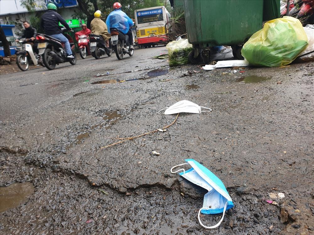 Dù có những điểm thu gom, xử lý rác thải nhưng khẩu trang y tế vẫn bị vứt bừa bãi quanh các điểm tập kết rác. (Ảnh qua laodong)