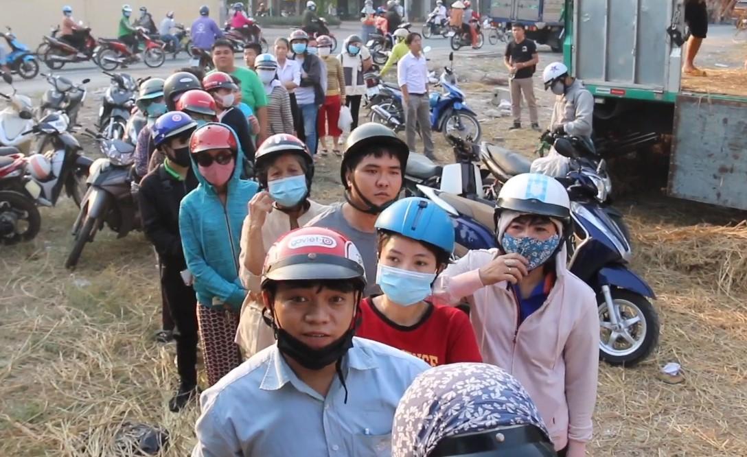 Người Sài Gòn xếp hàng chờ mua dưa hấu. (Ảnh qua tuoitre)