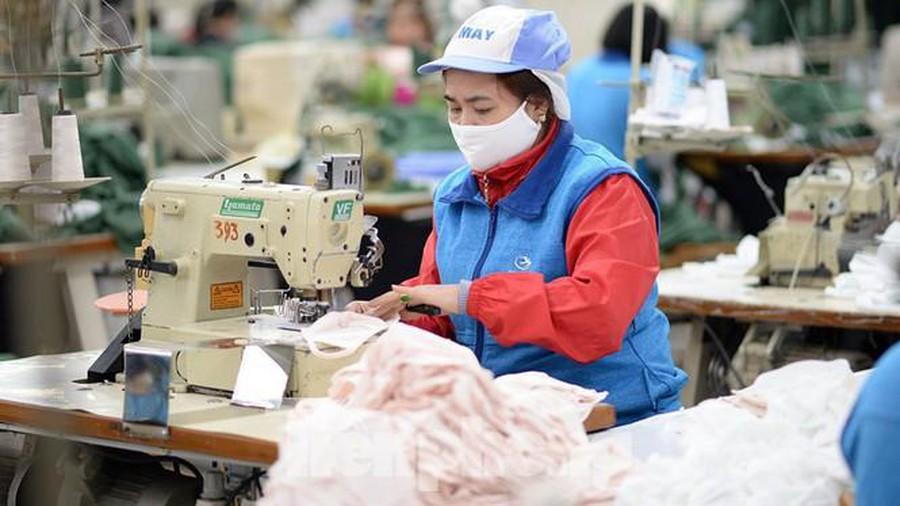 Công nhân công ty Vinatex đang sản xuất khẩu trang phòng dịch corona. (Ảnh qua tienphong)