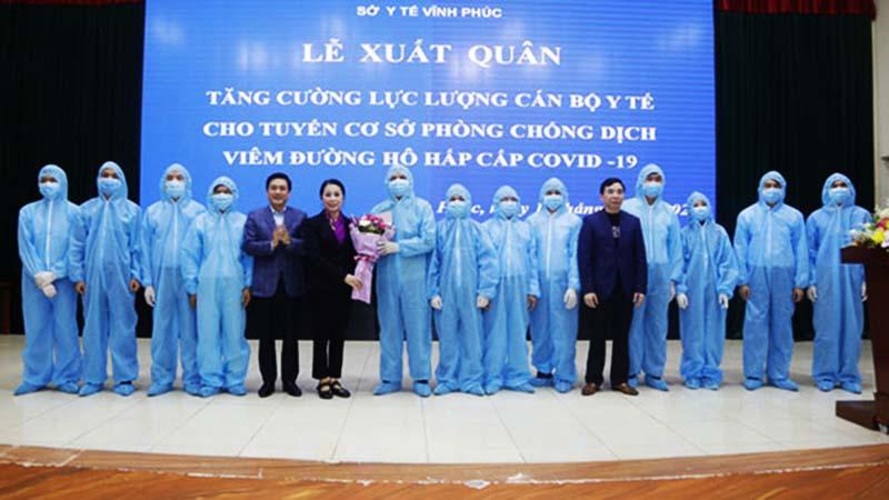 Lễ xuất quân, tăng cường cán bộ y tế cho tuyến cơ sở phòng chống dịch viêm đường hô hấp cấp Covid-19 của Vĩnh Phúc. (Ảnh qua thanhnien)