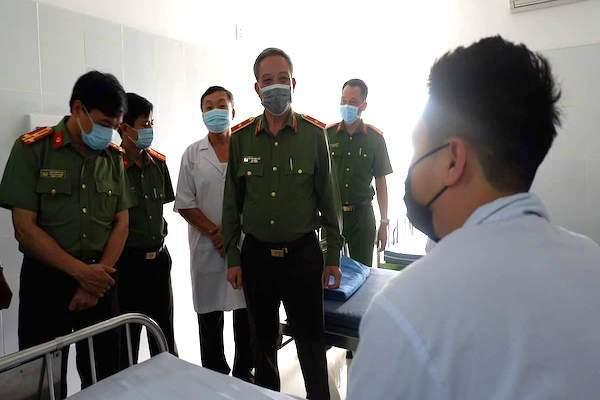 Thiếu tướng Nguyễn Khắc Thuỷ - Cục trưởng Cục Y tế, Bộ Công an đến BV 199 thăm hỏi sức khoẻ các cán bộ công an đang được cách ly. (Ảnh qua vietnamnet)