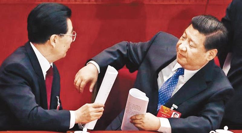 Chủ tịch Trung Quốc Tập Cận Bình và người tiền nhiệm Hồ Cẩm Đào.