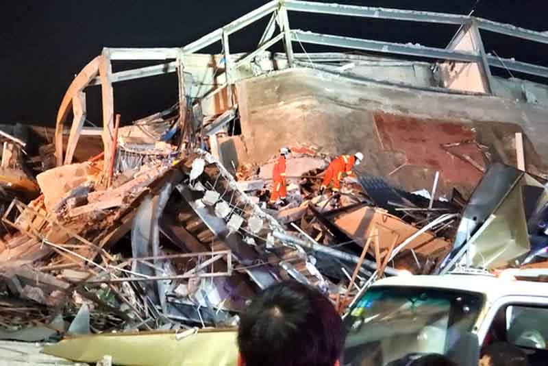 Lực lượng cứu hộ tìm kiếm nạn nhân trong đống đổ nát
