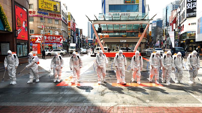 Lực lượng phun thuốc tiêu độc khử trùng ở Daegu, tâm dịch Covid-19 ở Hàn Quốc.