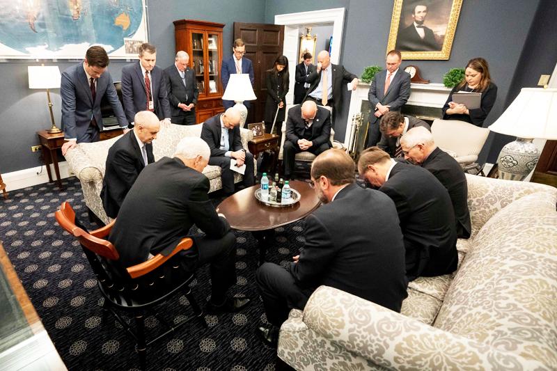 Phó Tổng thống Mỹ Mike Pence cùng các đồng sự cầu nguyện trong phòng làm việc.