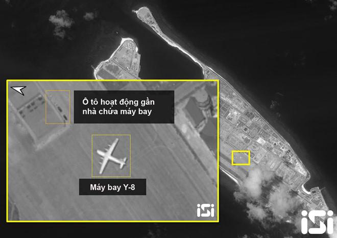 Ảnh chụp vệ tinh cho thấy máy bay vận tải quân sự Y-8 của Trung Quốc hạ cánh xuống đá Chữ Thập ngày 28/3. (Ảnh qua thanhnien)