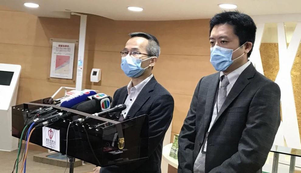 Bác sĩ Owen Tsang (trái) cùng với bác sĩ Dominic So, trưởng phòng dịch vụ chăm sóc đặc biệt tại Bệnh viện Princess Margaret. (Ảnh qua SCMP)