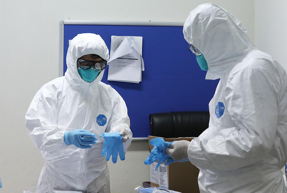 Bác sĩ mặc đồ bảo hộ thăm bệnh nhân nhiễm virus Vũ Hán ở Bệnh viện Bệnh nhiệt đới Trung ương. (Ảnh qua vnexpress)