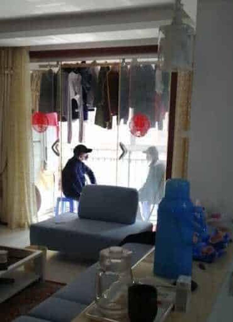 Người bảo vệ ông Tập Cận Bình được chính quyền phái đi đều đeo khẩu trang và đội mũ đen, mặc quần áo đen. Hình ảnh người của chính quyền vào trong nhà một cư dân, kiểm tra an ninh và giám sát xung quanh.