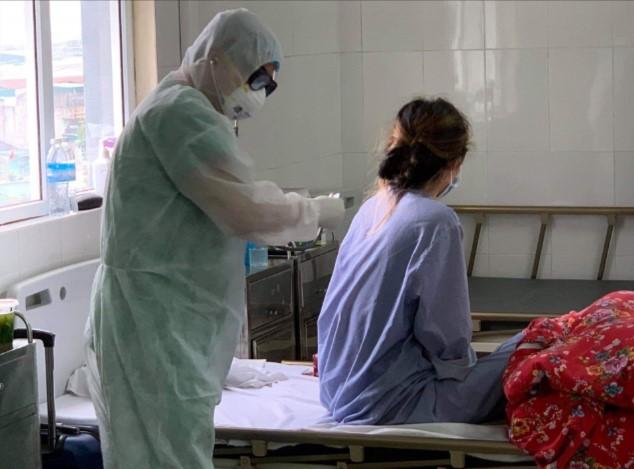 Bác sĩ Bệnh viện dã chiến số 2 đang điều trị cho người bệnh. (Ảnh qua quangninh)