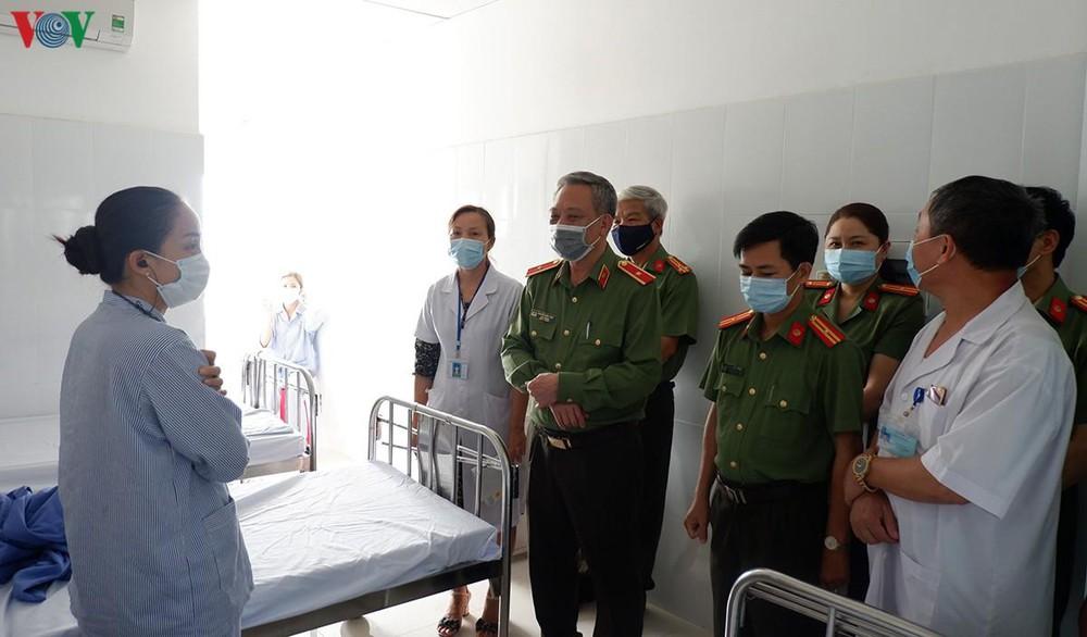 Thiếu tướng Nguyễn Khắc Thủy thăm Bệnh viện 199, Bộ Công an. (Ảnh qua VOV)