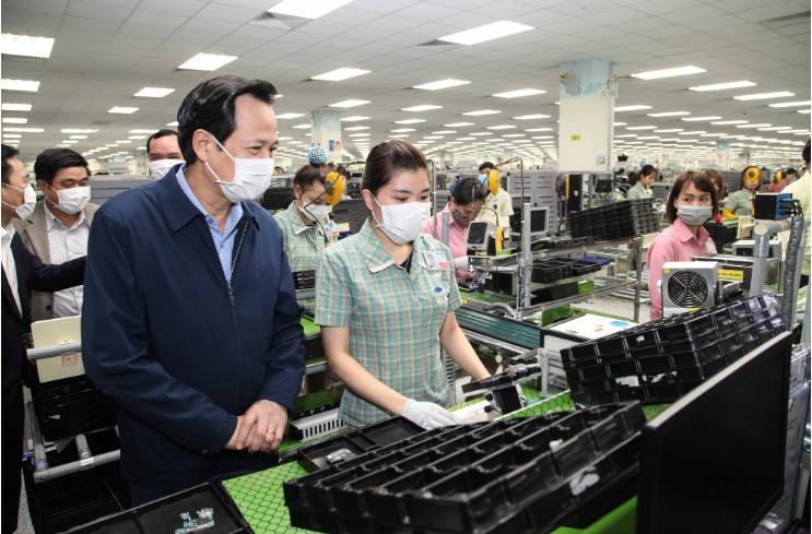 Bộ trưởng Bộ LĐ-TB&XH Đào Ngọc Dung đi kiểm tra công tác phòng chống dịch Vũ Hán tại Công ty điện tử Samsung tại Thái Nguyên ngày 12/2. (Ảnh qua tuoitre)