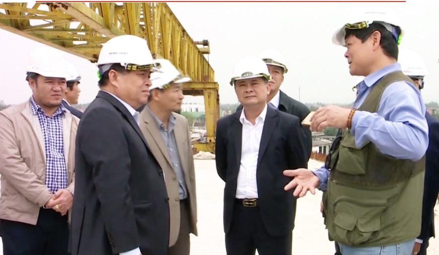 Bộ trưởng Nguyễn Chí Dũng và lãnh đạo tỉnh Nghệ An làm việc tại công trình cầu Cửa Hội chiều 6/3. (Ảnh qua tuoitre)